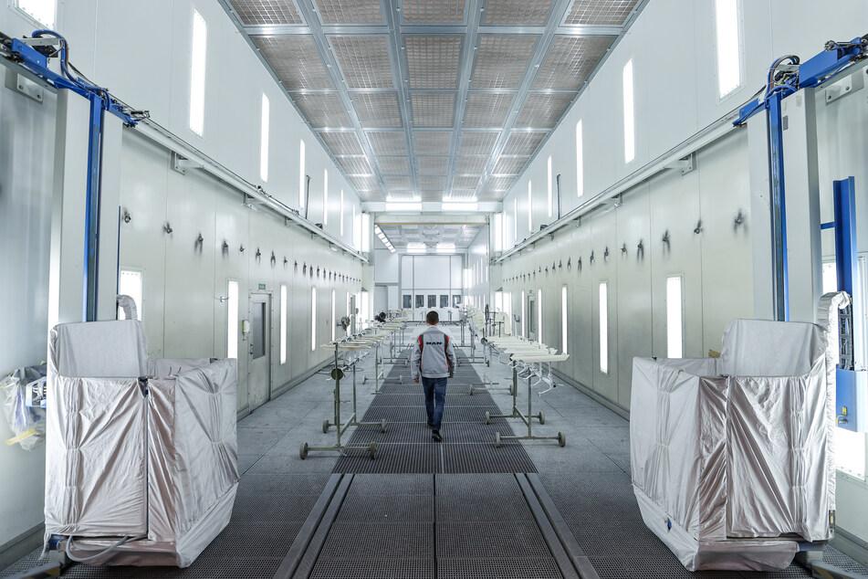 Ein Mitarbeiter des MAN Bus Modification Centers (BMC) geht durch eine der fünf riesigen Lackierkabinen. Die Kabinen sind 6 Meter hoch und breit, 17 Meter lang und fassen einen kompletten Reisebus.