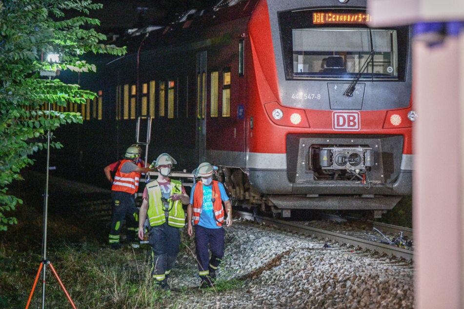 Mann wird an Bahnübergang von Zug erfasst und stirbt
