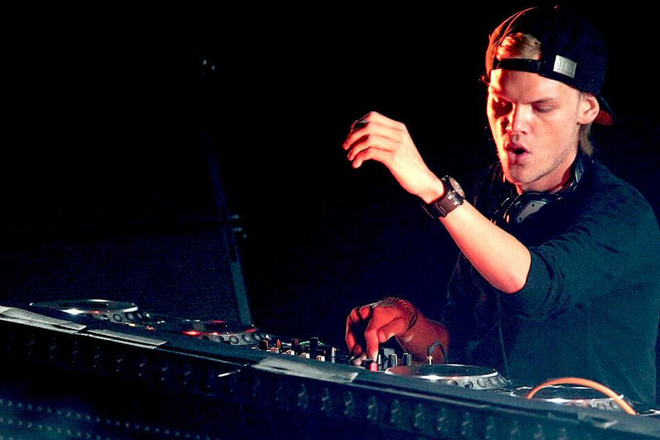"""Avicii ist im Alter von nur 28 Jahren verstorben. 3sat sendet das """"Tribute Concert"""" zu seinen Ehren am Silvester-Abend."""