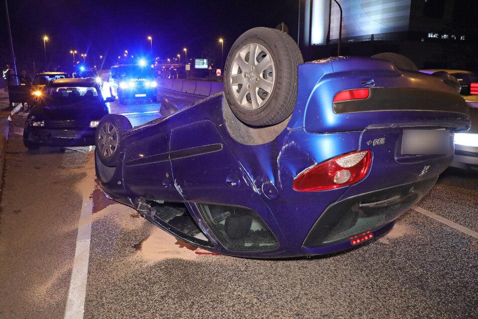 Unfall auf Nossener Brücke: Peugeot überschlägt sich und bleibt auf dem Dach liegen!