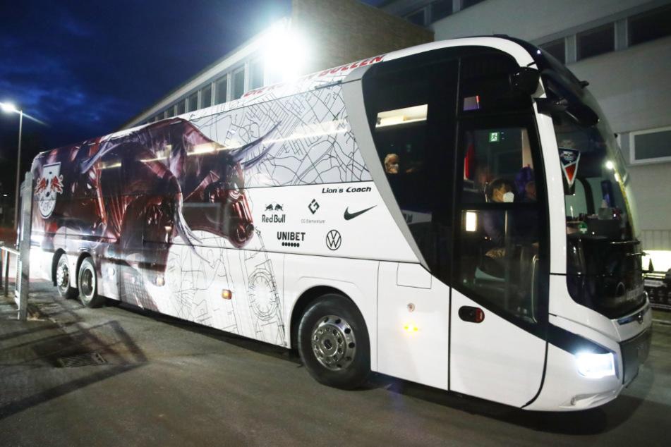 Der neue Mannschaftsbus der Roten Bullen. Offenbar gibt es Pläne, diesen heute in Bremen anzugreifen. Die Polizei ist jedoch vorbereitet.