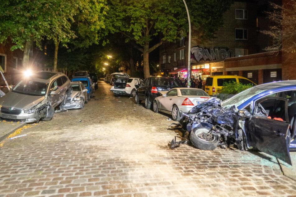 SUV-Fahrer (19) rast durch 30er-Zone: Frau in Lebensgefahr, 12 Autos zerstört