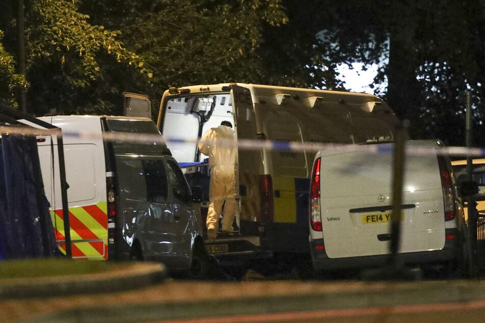 Gerichtsmediziner in Forbury Gardens im Stadtzentrum untersuchen den Tatort.