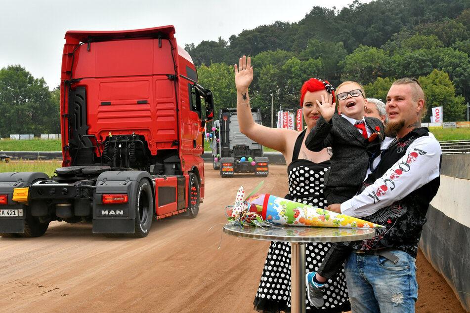 Überraschung! Mit seinen Eltern Ricardo (33) und Josephine Binder (30) genoss Fenrir glücklich die Brummi-Parade.