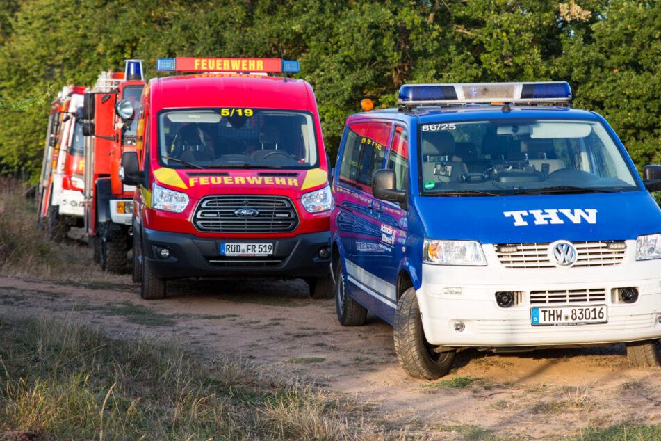 Das Foto zeigt Einsatzfahrzeuge von Feuerwehr und THW in einem Weinberg bei Rüdesheim-Aulhausen.