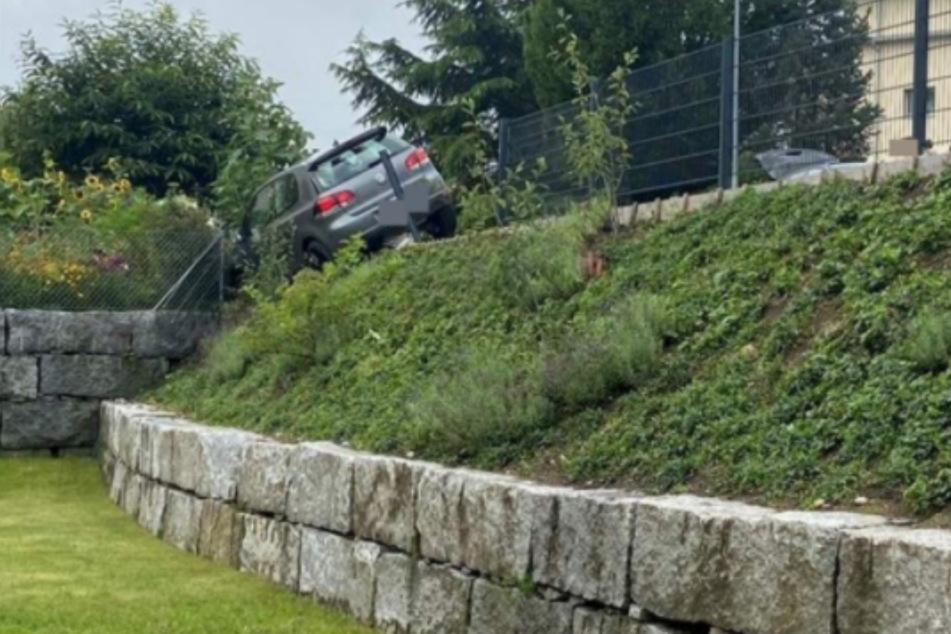 Mit seinem Fahrzeug landete der 18-Jährige im Gartenzaun.