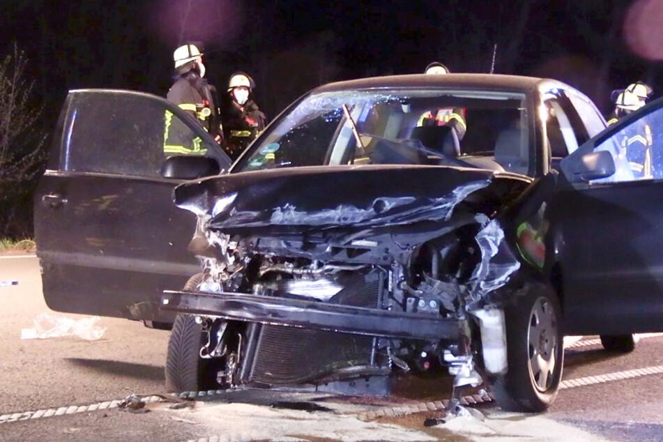 Tödlicher Unfall in der Nacht: VW kracht in Leitplanke, Mann (26) stirbt in Wrack