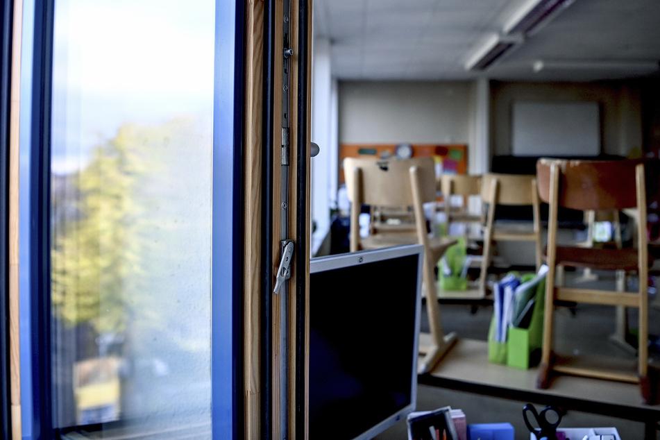 Ein Fenster in einem Klassenzimmer der Grundschule in der Köllnischen Heide ist zum Lüften geöffnet.