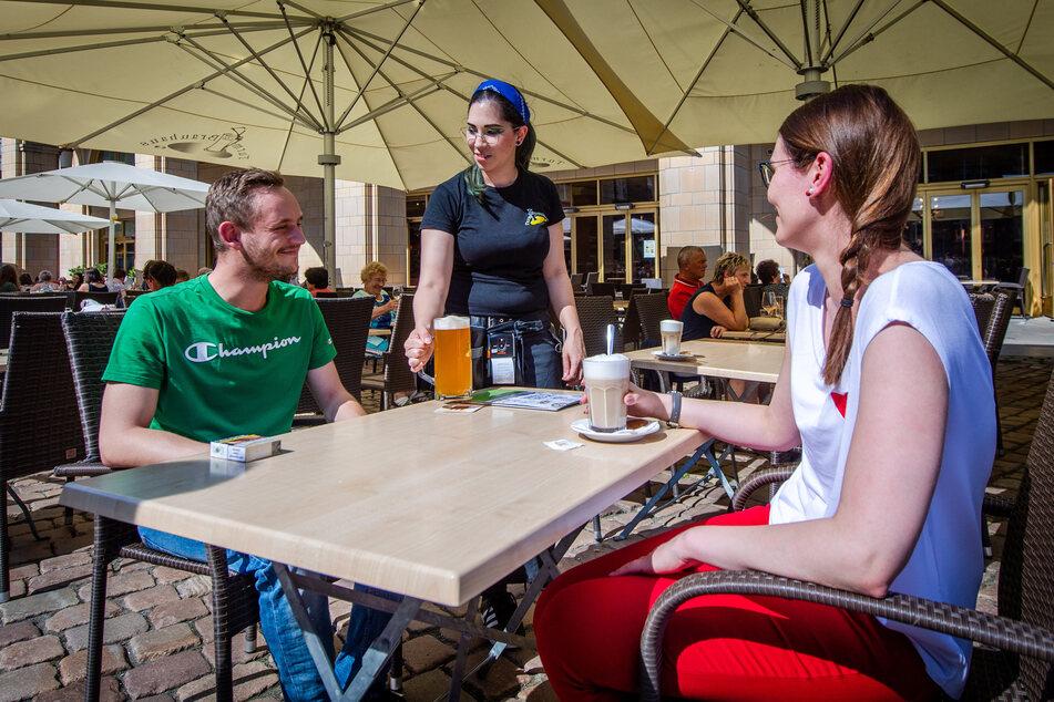 Anita Hahn (29) serviert im Turm-Brauhaus ein Bier für Nico Rothe (26) und einen Latte Macchiato für Sandra Haertel (29). Die Preise bleiben stabil.