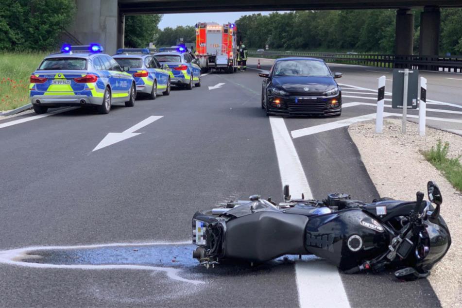 Motorrad touchiert Auto! 25-Jähriger stirbt auf Autobahn
