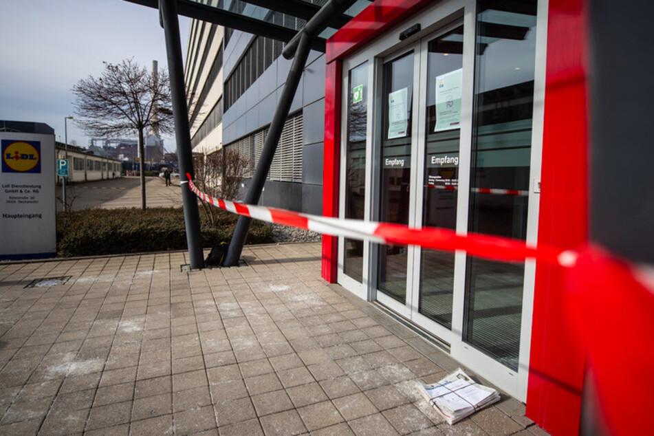 Der abgesperrte Haupteingang der Lidl Zentrale in Neckarsulm. Im Lidl Verwaltungsgebäude ist am Mittwochnachmittag eine Briefbombe explodiert.