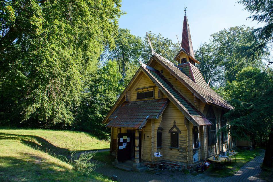Mini-Kirche zieht für Millionen Euro aus Wald in Dorf um