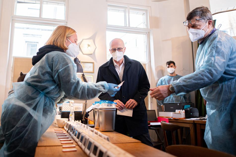 Peter Tschentscher (M, SPD), Erster Bürgermeister von Hamburg, besucht ein Corona-Schnelltest-Zentrum.