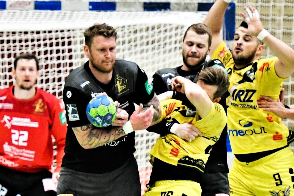 Henning Quade (l.) und Arseniy Buschmann, die hier resolut gegen Krefelds Josip Cutura zulangen, spielen auch künftig im HCE-Trikot.