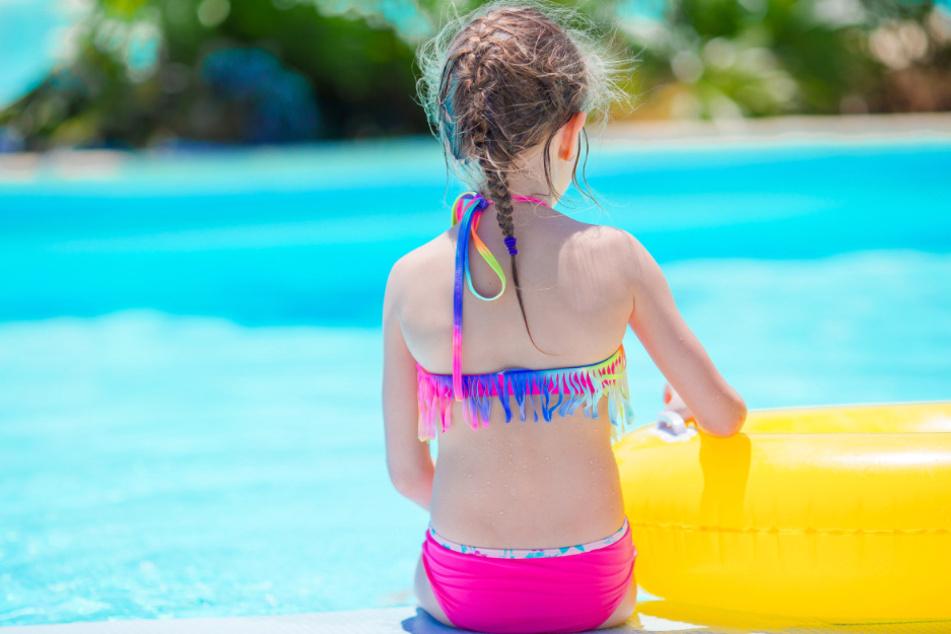 Mädchen (5) geht frühmorgens alleine ins Freibad und hat süße Erklärung