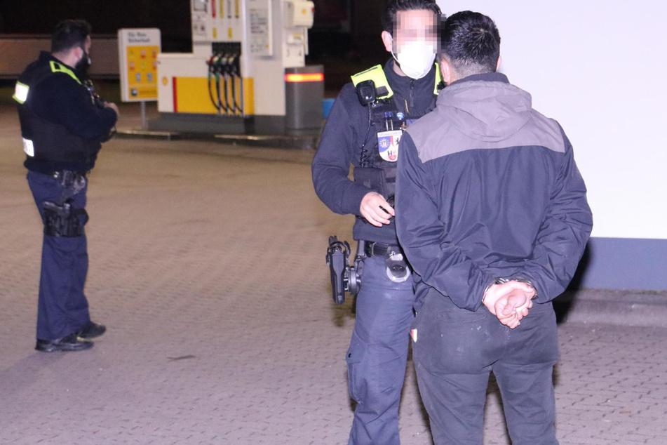 Ein Polizist belehrt den Autofahrer erneut. Schon zuvor ist er den Beamten aufgefallen.