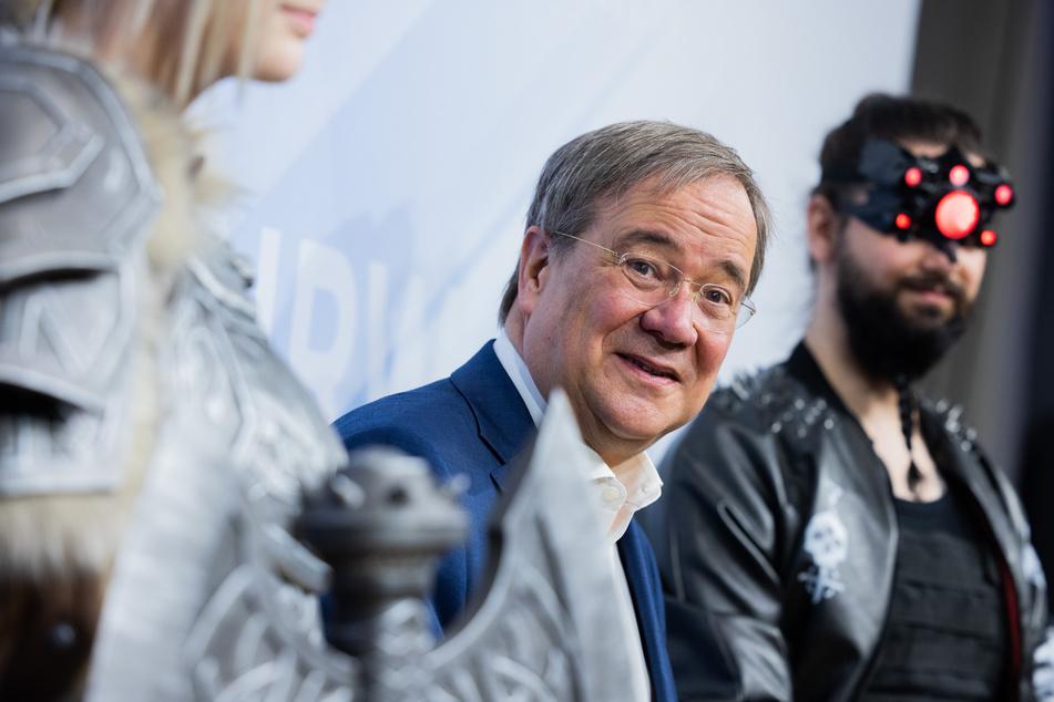"""NRW-Ministerpräsident Armin Laschet (60, CDU) steht bei der Eröffnung des """"Fusion Campus - German Center of Games Competence"""" zwischen Cosplayern."""
