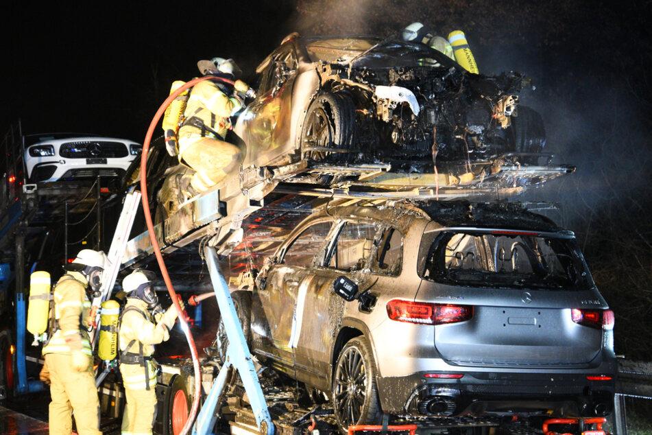 Autotransporter fängt Feuer: Fabrikneue Mercedes verbrennen!