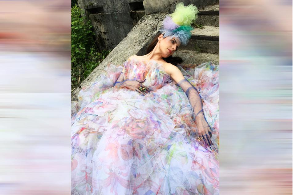 Eingehüllt in Couture aus Tüll: Die Schauspielerin ist das Gesicht der neuen Kollektion von Maison Common.