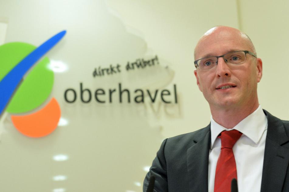 Ludger Weskamp (54, SPD) bedankt sich am 27. Mai 2015 in Oranienburg nach seiner Wahl zum neuen Landrat. Am Dienstag könnte er bei einem Pressetermin mehrere Bürgermeister des Landkreises Oberhavel mit Corona infiziert haben. (Archivfoto)