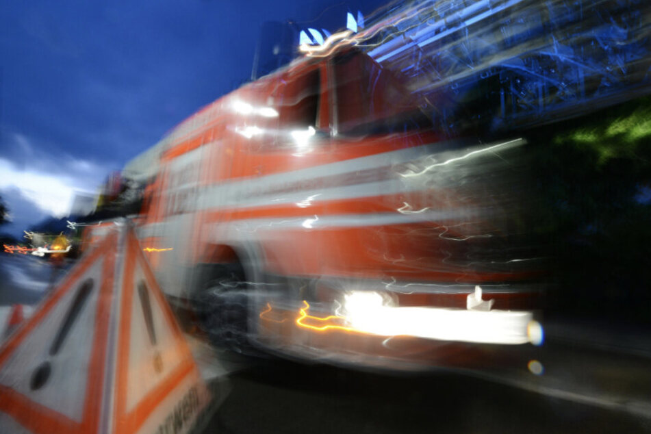Die Feuerwehr kam zum Einsatz, um das brennende Auto auf der B2 bei Leipzig zu löschen. (Symbolbild)