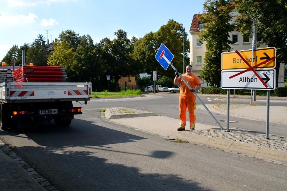 Am Freitag beräumten Bauarbeiter die Reste der Baustellenabsperrungen.