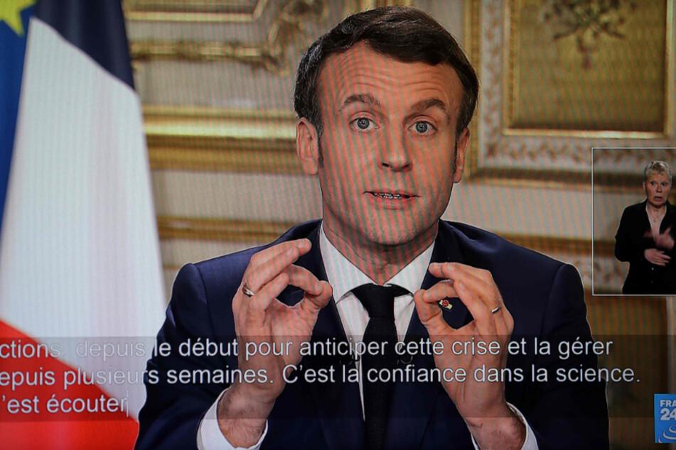 Eine Übertragung der TV-Ansprache von Emmanuel Macron, Präsident von Frankreich, zum Coronavirus ist auf einem Fernsehbildschirm zu sehen.