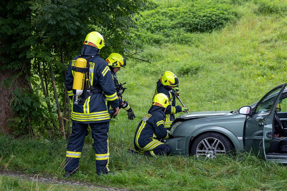 Die Opel-Fahrerin krachte am Ende gegen einen Baum. Die Unfallursache ist noch unklar.