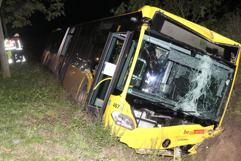 Die Fahrt des BVG-Bus endete im Straßengraben.