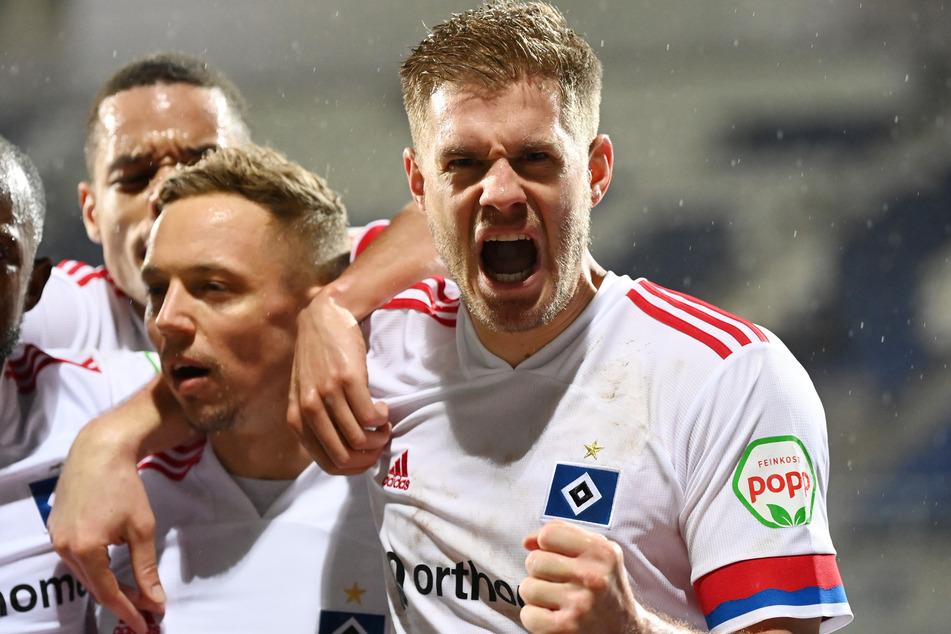 Der HSV gewinnt auch die engen Spiele und kann sich dabei auf Torgarant Simon Terodde (r.) verlassen.