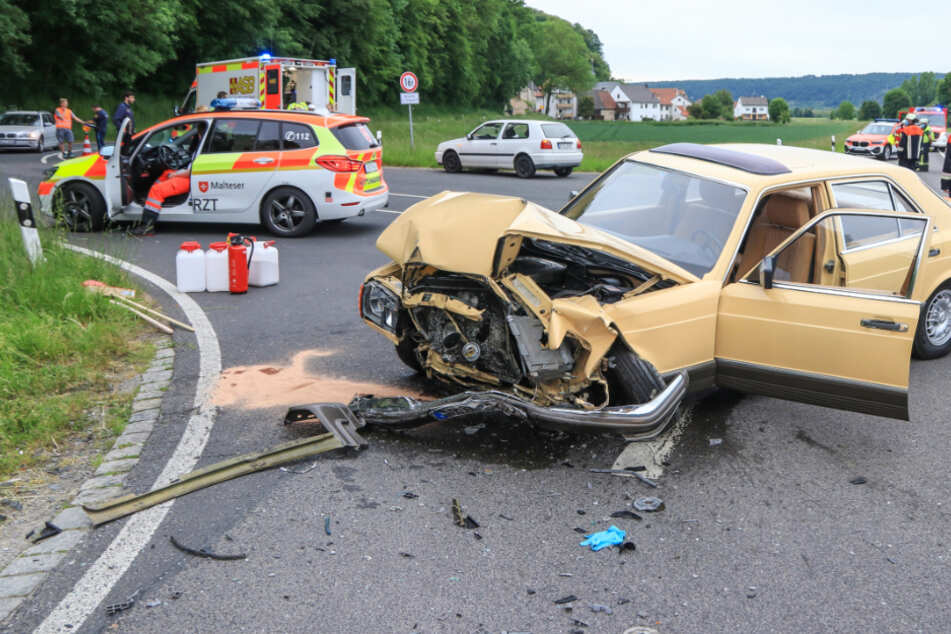 Zwei Verletzte bei Frontal-Crash zwischen VW Golf und Mercedes-Oldtimer