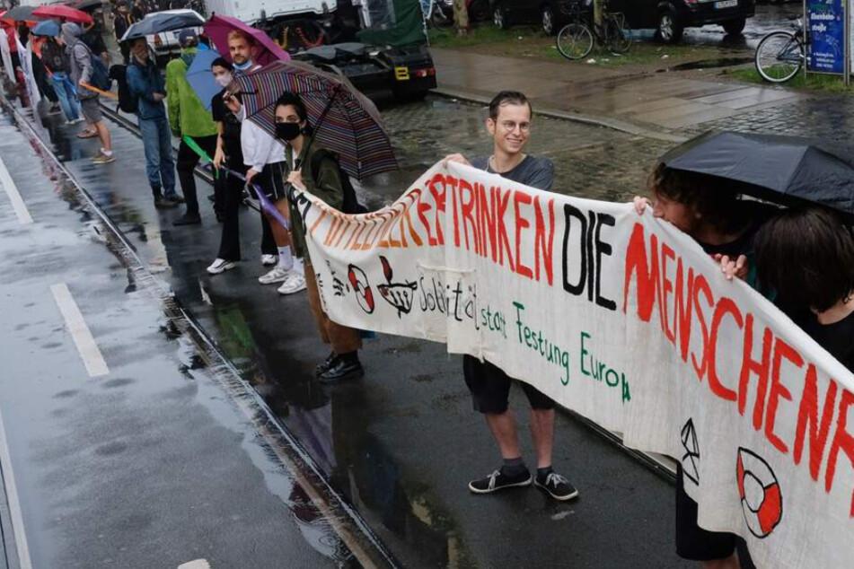 Lückenlose Menschkette in Leipzig: Auch prominente Politiker nehmen teil