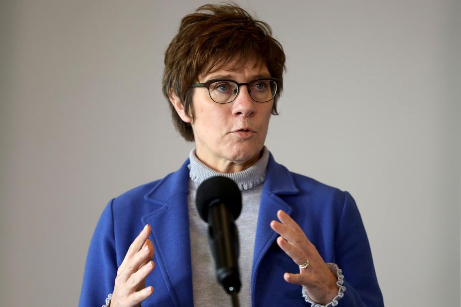 Bundesverteidigungsministerin Annegret Kramp-Karrenbauer (58, CDU) will mit der Bundeswehr beim Impfen helfen.