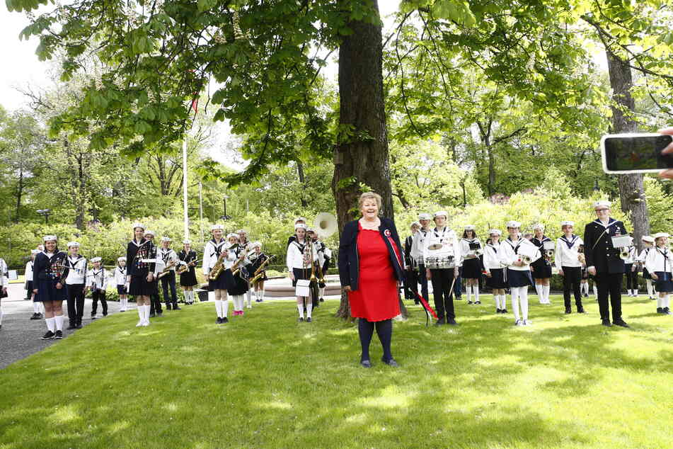 Erna Solberg (M), Ministerpräsidentin von Norwegen, feiert im Garten ihrer Residenz.