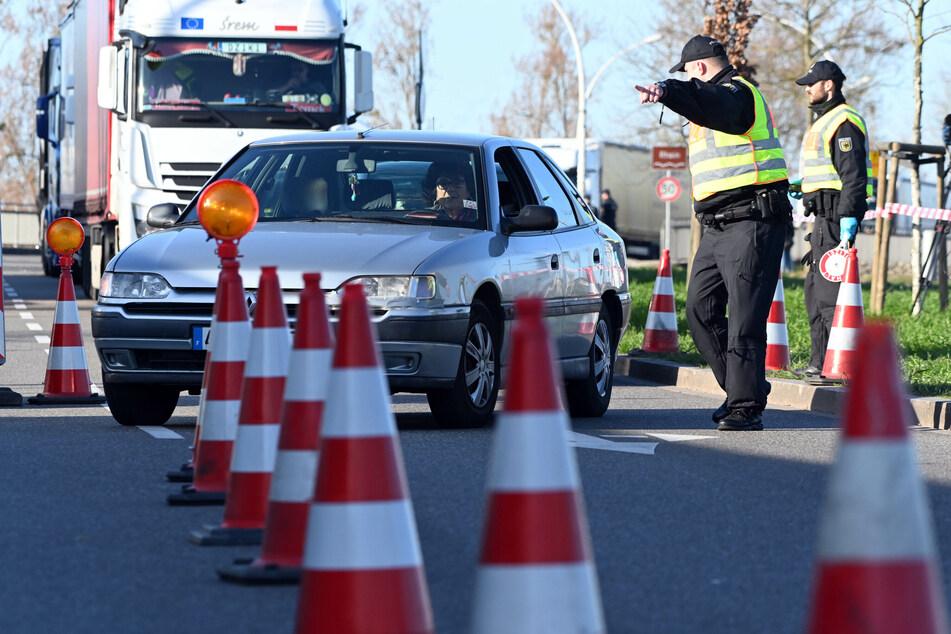 Autofahrer durchbrachen Einreisekontrollen. (Symbolbild)