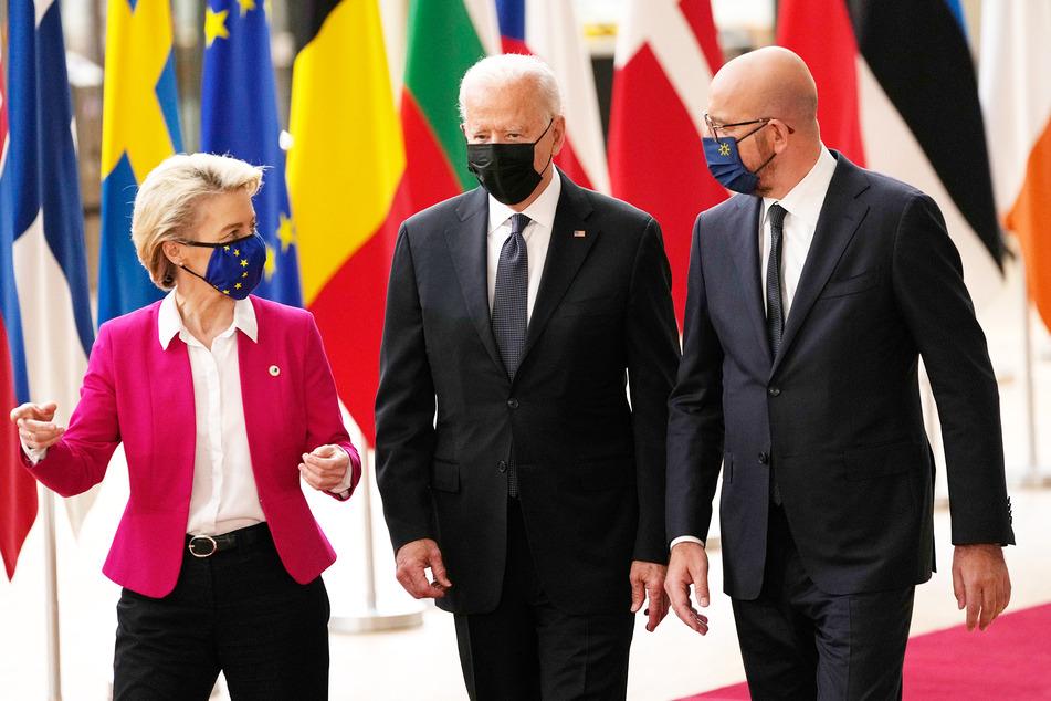 Kommissions-Chefin Ursula von der Leyen (62, CDU), Joe Biden (78) und Ratspräsident Charles Michel (45, v.l.n.r.) im angeregten Gespräch.
