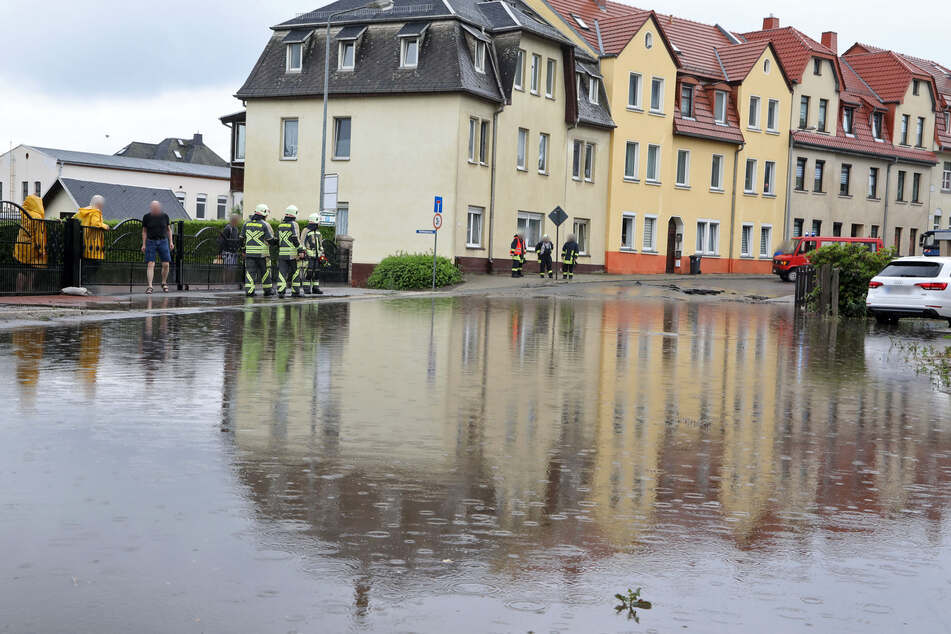 Die August-Bebel-Straße in Hohenstein-Ernstthal stand nach heftigen Regenfällen am Dienstag unter Wasser.