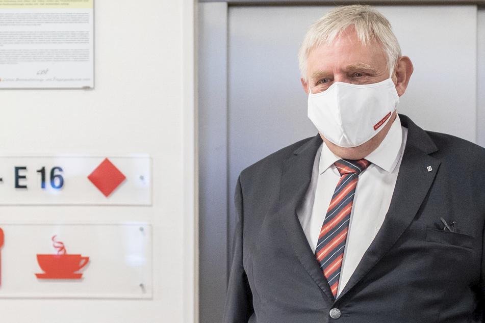 """Karl-Josef Laumann (62, CDU) beim Besuch des Caritas-Pflegeheims """"Zur Heiligen Familie"""" in Düsseldorf. (Archivbild)"""