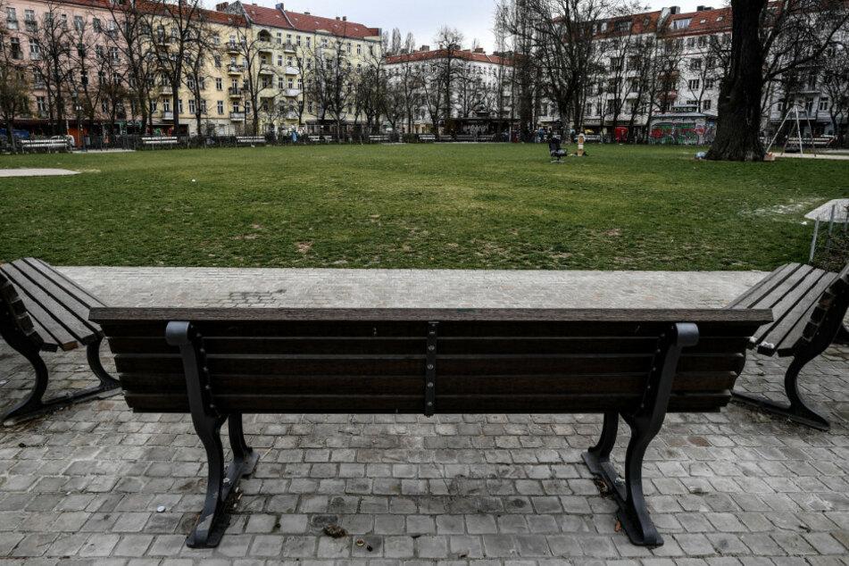 Am Wochenende musste der Boxhagener Platz gesperrt, weil dort zu viele Menschen unterwegs waren. (Symbolbild)
