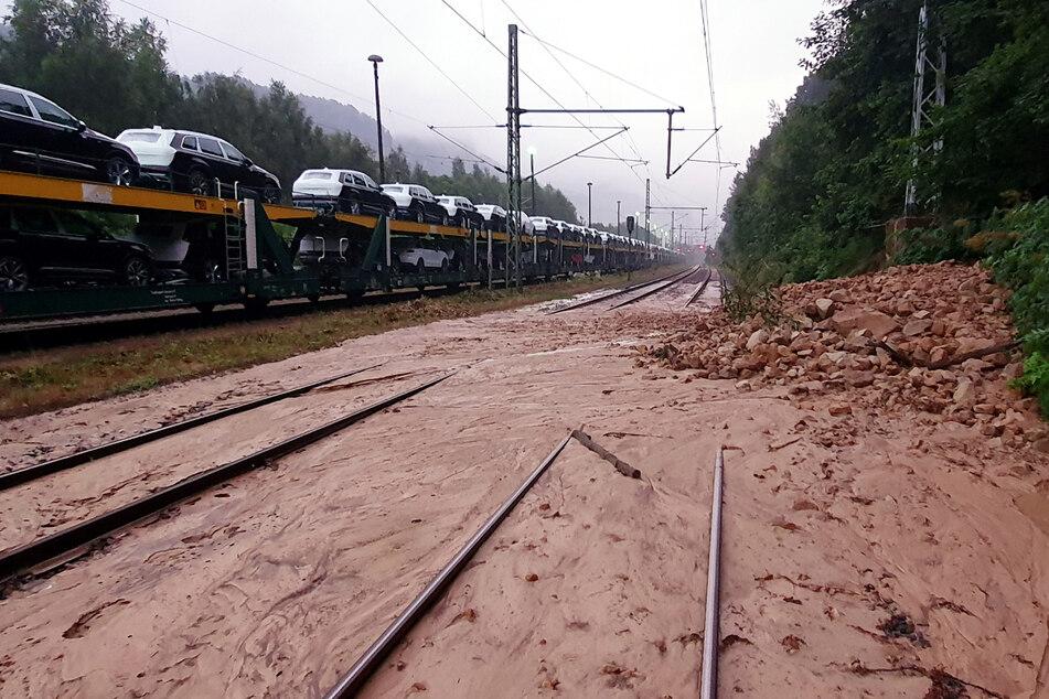 Eine Schlammlawine blockiert seit Sonnabend die Gleise zwischen Decin und Bad Schandau.