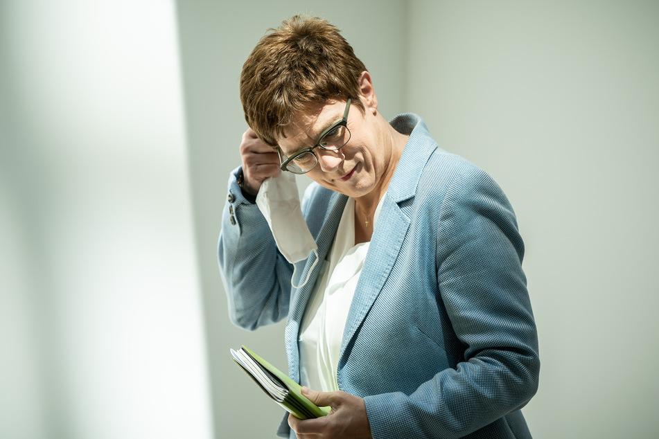 Annegret Kramp-Karrenbauer (57), CDU-Bundesvorsitzende und Verteidigungsministerin, nimmt ihren Mund-Nasen-Schutz ab, als sie zur Pressekonferenz im Anschluss an eine Sitzung des CDU-Präsidiums eintrifft.