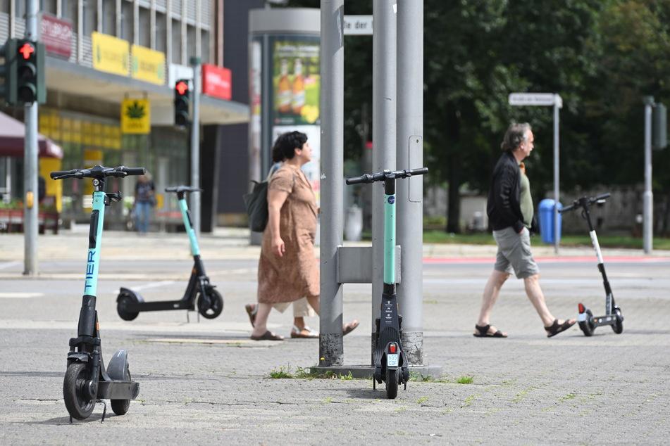 Mittlerweile stehen an jeder Ecke grüne oder weiße E-Scooter.