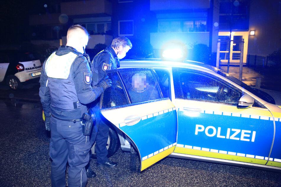 Polizisten führten die Tatverdächtige in Handschellen ab und brachten sie auf die Wache.