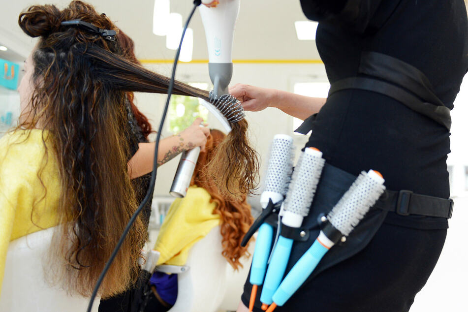 Corona-Lockerung: Friseure machen am Montag wieder auf, doch es wird teurer