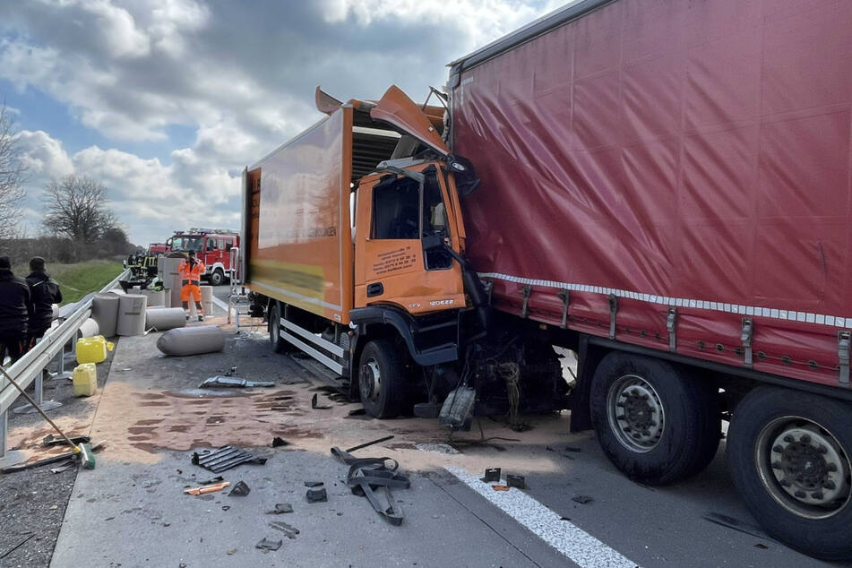 Das Fahrerhaus des Lastwagens ist stark zusammengequetscht.