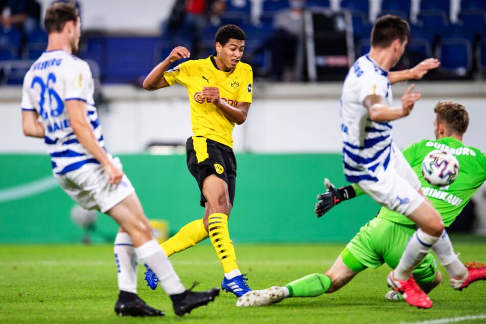 Jude Bellingham (2.v.l.) traf mit diesem Schuss zum 2:0 für den BVB. Es war direkt in seinem ersten Einsatz sein erster Pflichtspieltreffer für Dortmund.
