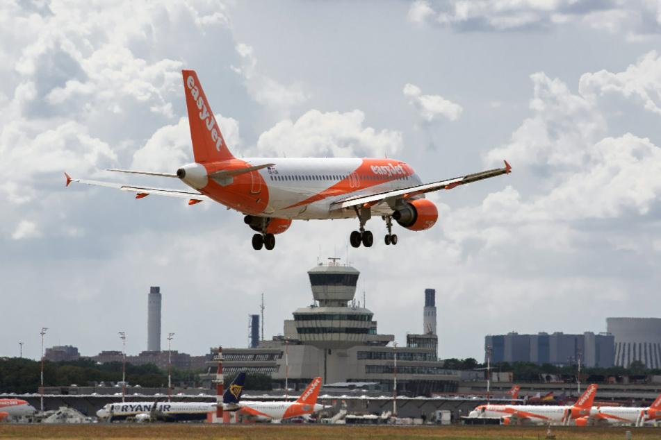 Ein Flugzeug der Fluggesellschaft EasyJet mit Mallorca-Rückkehrern an Bord ist in Berlin-Tegel gelandet, ohne dass die Passagiere sich nach der Landung einem Corona-Test unterziehen mussten. (Symbolbild)