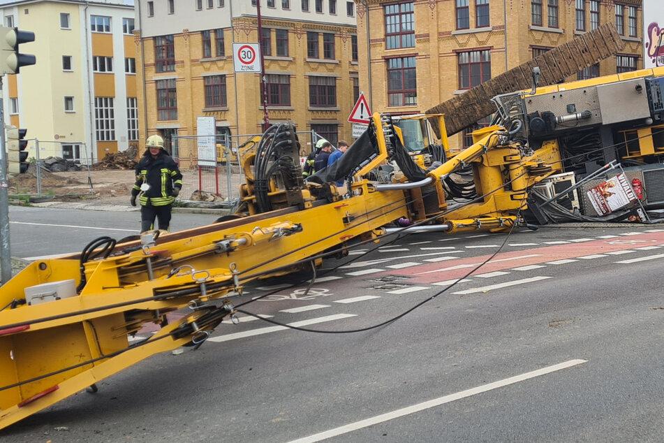 Schock bei Bauarbeiten in Leipzig: Bohrkran kippt um!