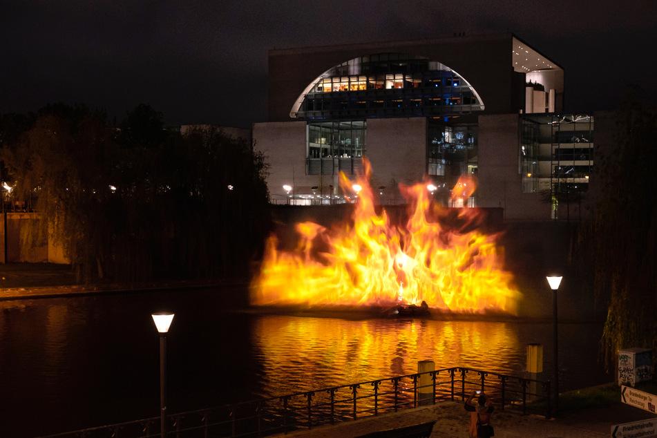Greenpeace-Aktivisten lassen Kanzleramt brennen!