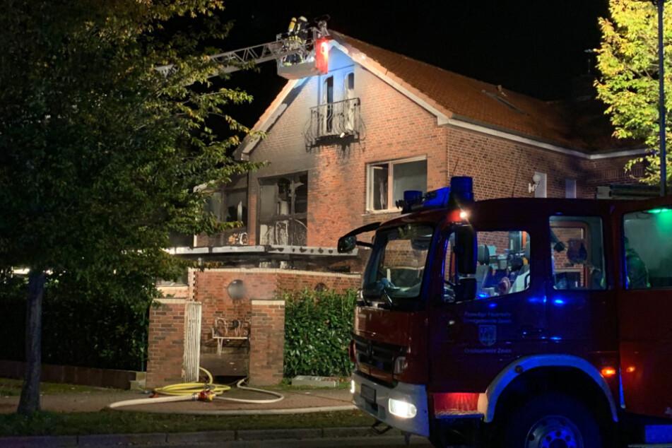 Die Flammen beschädigten Teile des Hauses.